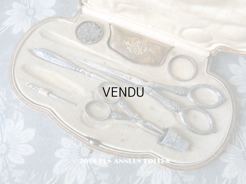 画像1: 1900年代 アンティーク シルバー製 リボン柄のソーイングセット 裁縫道具