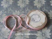 1900年代 アンティーク ルーブル百貨店 シルク製 サテンリボン 極細 5.5mm幅 ピンク 7.6m  - GRANDS MAGASINS DU LOUVRE -