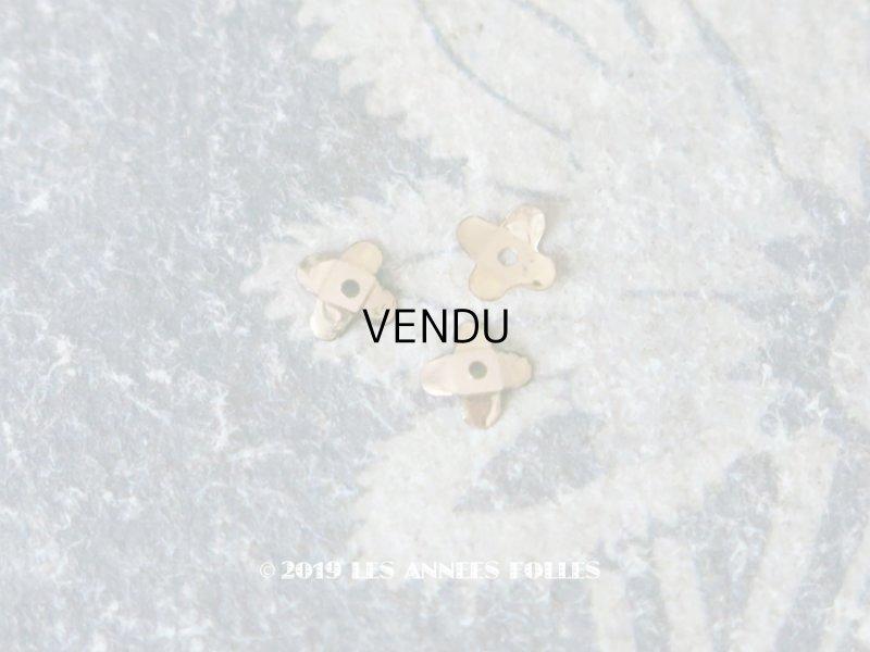 画像1: 19世紀末 アンティーク メタル製 極小 4mm 花型 立体 スパンコール シャンパンゴールド 50ピースのセット