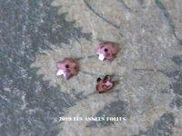 【クリスマスセール2019対象外】 19世紀末 アンティーク メタル製 極小 3mm 花型 立体 スパンコール 淡いピンクパープル 50ピースのセット