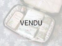 1894年 アンティーク コフレ ボックス入り香水瓶 & オードトワレの香水瓶 & パウダーボックス & 石鹸 VIOLETTES DE PARME - L.T.PIVER -