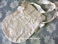 アンティーク 王冠&モノグラム刺繍入り  リボンが結ばれたオモニエール シルクサテン地