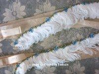 未使用 ラベル付き アンティーク シルク製 ブルーのロココトリム付 オフホワイトのフェザー  約60cm