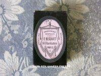 【クリスマスセール2020対象外】 1908年 アンティーク 徽章&旗店の小さな紙箱