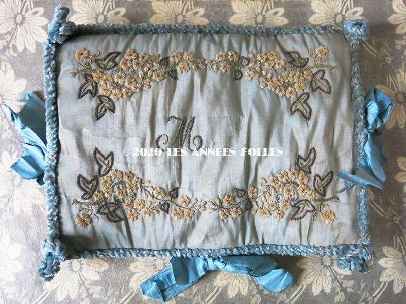 画像2: 19世紀 アンティーク シルク製 ハンキーケース モノグラム&花刺繍 ハンカチ用ポシェット グレイッシュブルー