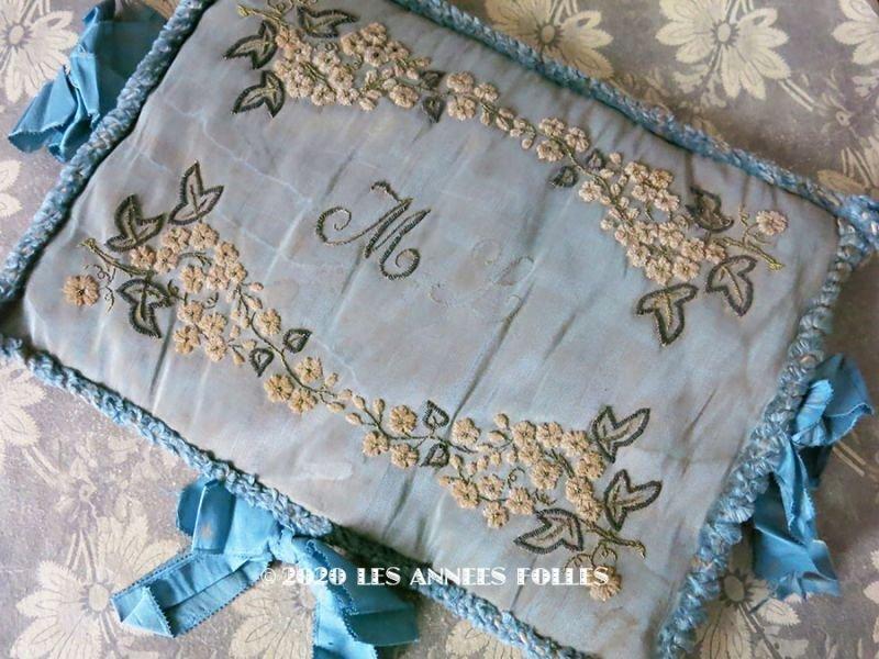 画像1: 19世紀 アンティーク シルク製 ハンキーケース モノグラム&花刺繍 ハンカチ用ポシェット グレイッシュブルー