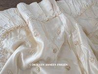 アンティーク ベビーベッド用 ベッドカバー オフホワイトのシルクサテン 花のモチーフ付き 124×115cm