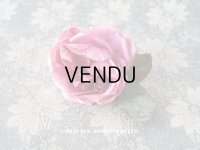 【11周年セール対象外】 アンティーク ピンクの薔薇の布花 コサージュ クオーター・ロゼット咲き