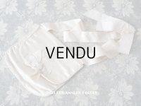アンティーク モノグラム刺繍入り リボンが結ばれたオモニエール パウダーピンクのシルクサテン